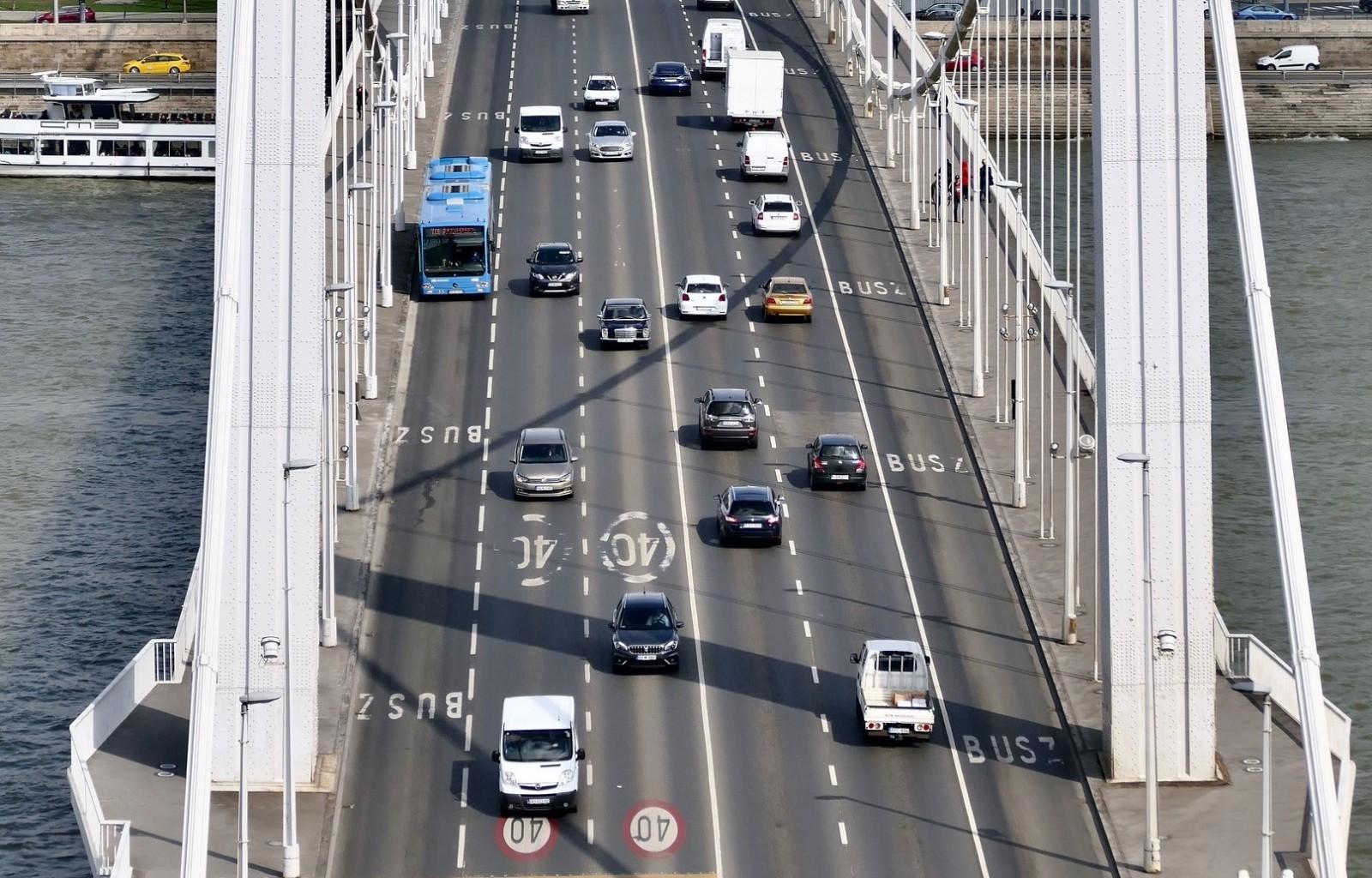 Gyakorló vezetés Budapesten több sávos úton