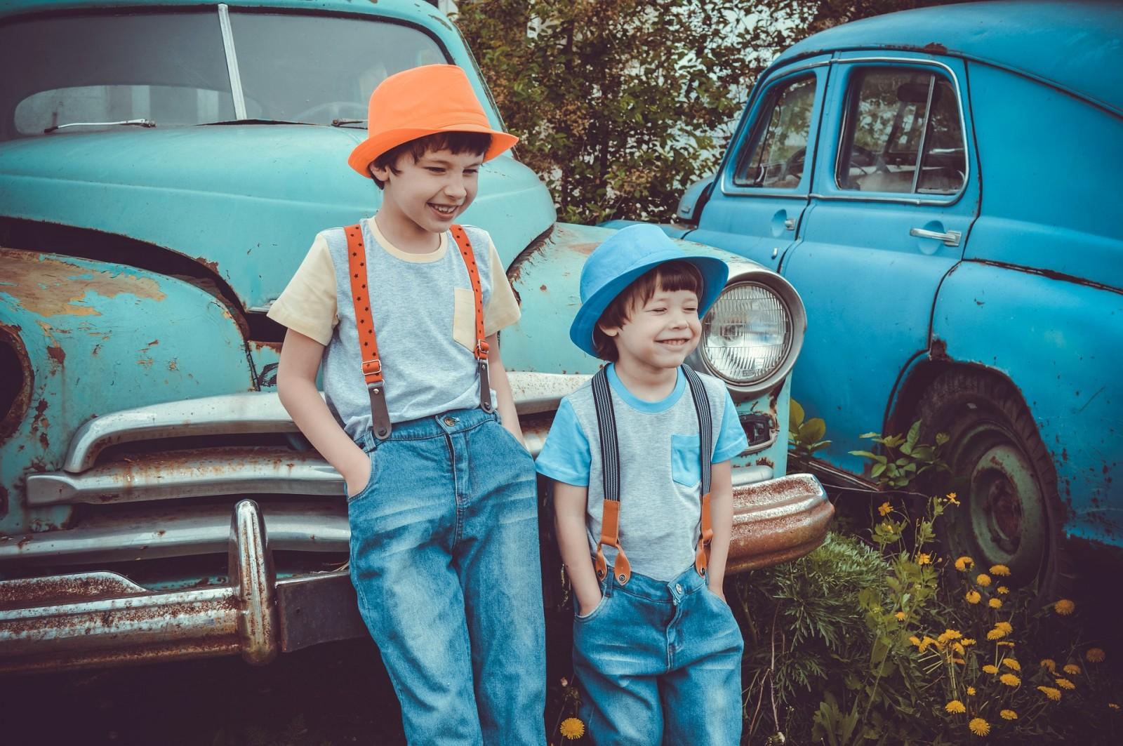 autóval mennek a gyerekek iskolába