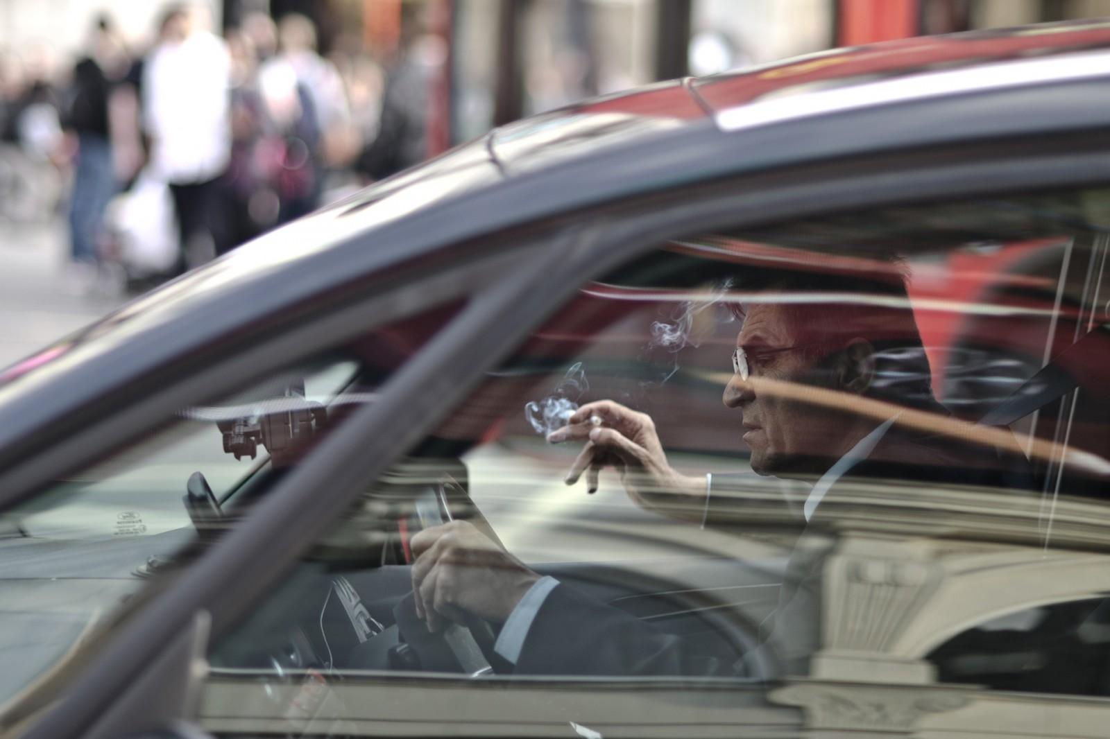 Dohányzás vezetés gyakorlás közben